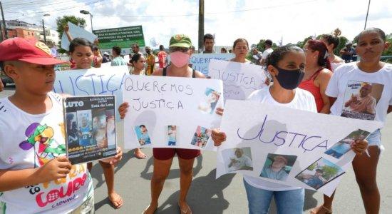 Parentes e amigos de vítimas de chacina em Camaragibe protestam por justiça e segurança