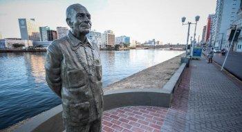Estátua do escritor Ariano Suassuna está localizada na Rua da Aurora e foi inaugurada em 2017
