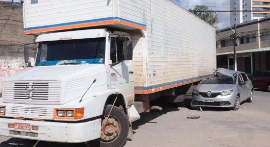 Acidente envolvendo carro e caminhão deixa mulher ferida na Zona Sul do Recife