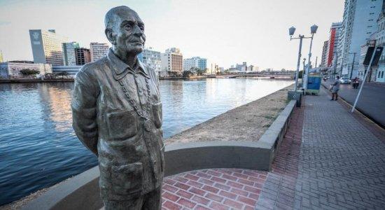 Estátua de Ariano Suassuna é restaurada após vandalismo; veja fotos