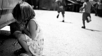 As crianças costumam ter mais dificuldades para perceber e nomear o que sentem. Contudo, tanto em crianças, como em adolescentes, os sinais são semelhantes aos dos adultos, com pequenas variações na forma com que se apresentam