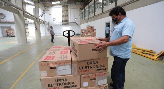 Urnas eletrônicas começam a ser transportadas para polos eleitorais em Pernambuco