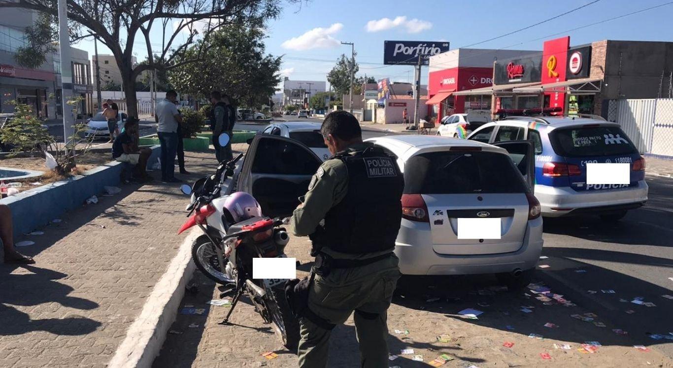 Duas pessoas conseguiram fugir após abandonar um dos veículos na rua