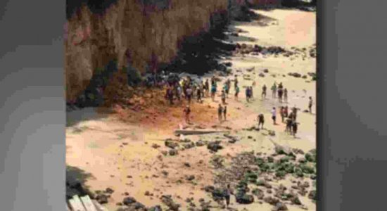 Parte de falésia desaba na praia de Pipa e deixa três mortos