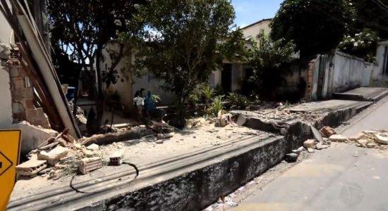Motorista de ônibus reage a tentativa de assalto e atinge casa em Olinda