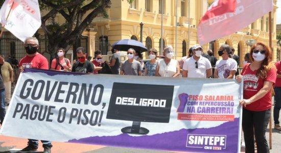 Professores da rede estadual de ensino protestam no Centro do Recife