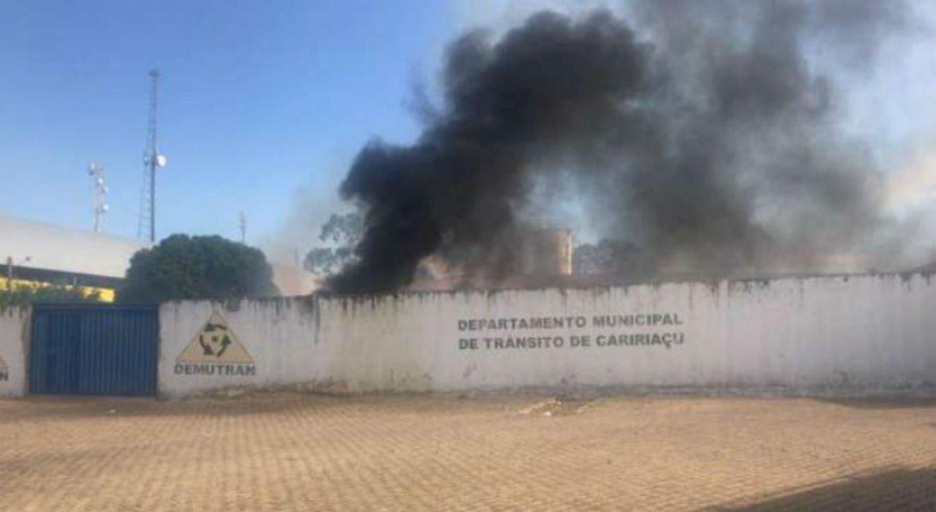 Incêndio foi provocado por bomba jogada por crianças
