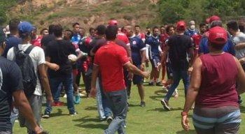 Cerca de 40 pessoas invadiram o treinamento dos jogadores do Náutico.