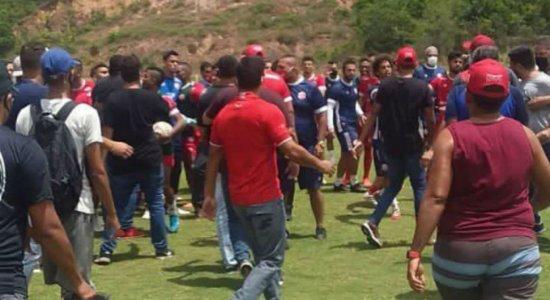Grupo de 40 torcedores invade CT para cobrar jogadores do Náutico