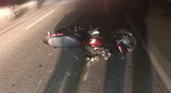 Mulher morre e homem fica gravemente ferido após colisão com vaca em Caruaru