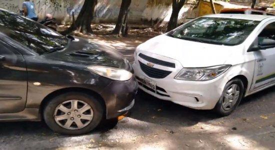 Acidente entre dois carros deixa trânsito lento na Zona Norte do Recife