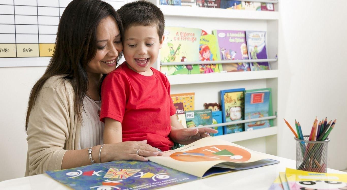 Em casa, cabe aos pais estimular e proporcionar momentos de grande interação com os títulos para inserir, o mais cedo possível, o hábito de ler na rotina familiar