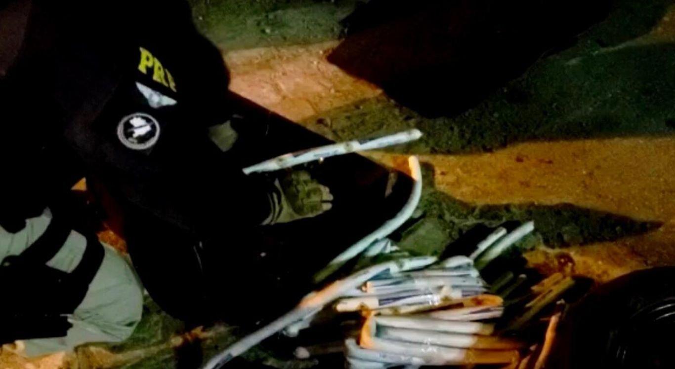 Ao todo, 66 bisnagas de explosivos, bem como 10 detonadores estavam sendo transportados de forma irregular por dois suspeitos