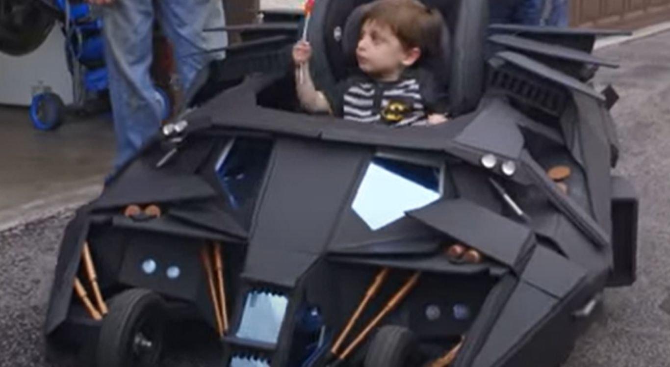 Acompanhe como o carrinho foi fabricado, assim como ocorreu o primeiro passeio da criança, na miniatura móvel do Homem-Morcego