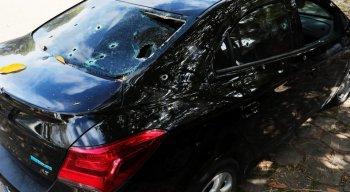 O carro onde as vítimas estavam foi atingido com, pelo menos 25 disparos de arma de fogo