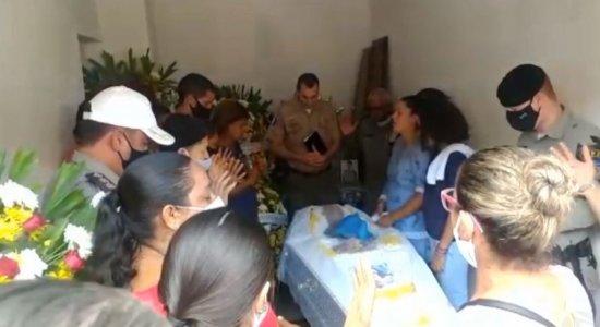 Dor e sofrimento marcam enterro de policial de Alagoas assassinado em Porto de Galinhas