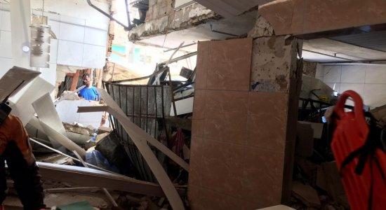 Caminhão invade casa na UR-11, no Ibura, e deixa três feridos; veja imagens