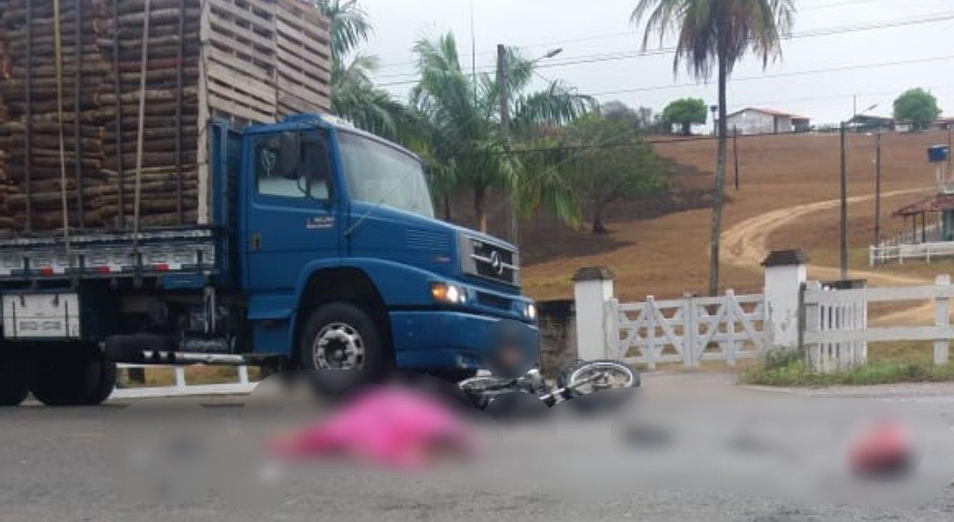 Acidente entre moto e caminhão deixou dois mortos e um ferido