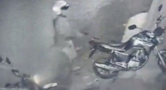 Homens são suspeitos de roubar moto em Santa Cruz