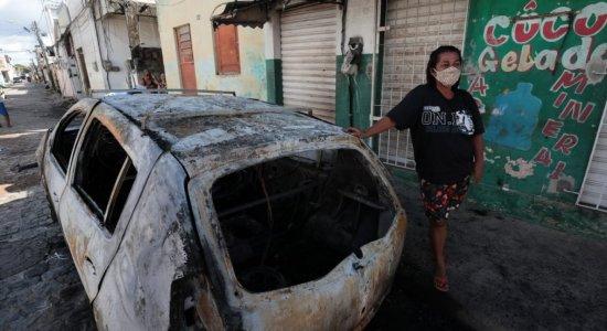 Poste pega fogo e destrói carro na Zona Oeste do Recife