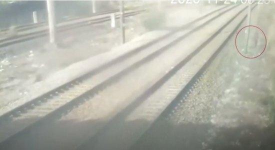 Circuito de câmeras de segurança do metrô flagra momento em que homem rouba fios de cobre de estação no Recife