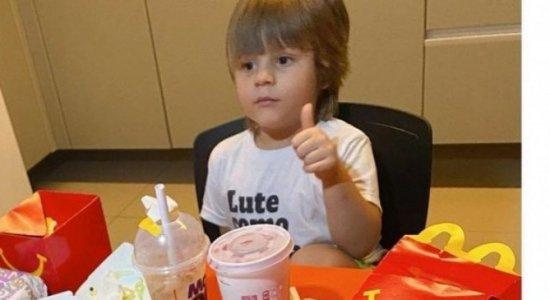 Menino de 3 anos compra R$ 400 em lanches com celular da mãe e viraliza
