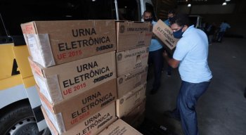 As 3.126 urnas do Recife e as 597 de Paulista começaram a ser colocadas em vans e caminhões. Nesta sexta, elas serão levadas até os locais de votação, onde vão passar por uma inspeção do TRE no sábado, véspera da eleição.