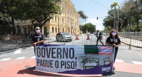 Professores da rede estadual protestam por pagamento de piso salarial