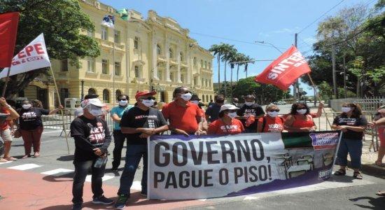 Profissionais de educação protestam pelo pagamento do piso salarial em Pernambuco