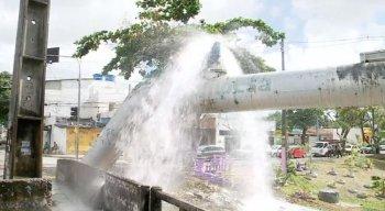 O desperdício de água limpa, segundo eles, começou por volta das 5h, deixando ruas alagadas