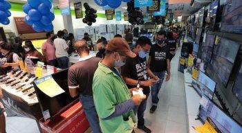 No centro do Recife, as lojas mal abriram e os clientes já foram aproveitar as ofertas