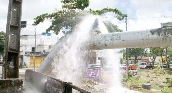 Moradores do Engenho do Meio denunciam vazamento em cano mestre da Compesa