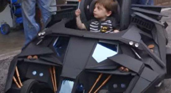 """Confira o """"Batmóvel"""" em formato de carrinho de bebê"""