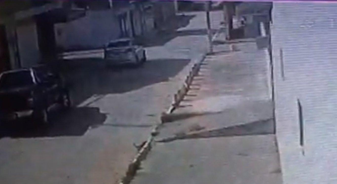 Homem foi levado no carro por suspeitos