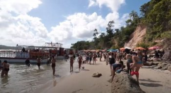 Em Sirinhaém, visitantes lotam a Praia de Guadalupe para tomar banho de argila