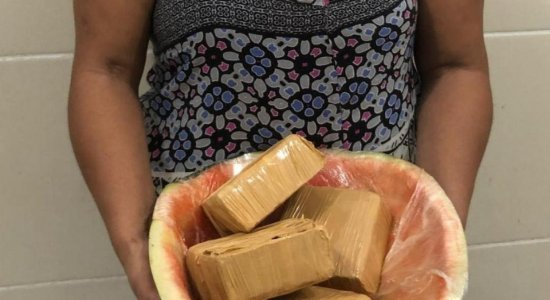 Falsa grávida é presa com 2 kg de cocaína escondidos em uma 'barriga de melancia'
