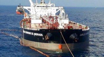 A embarcação denominada Carlos Drummond de Andrade, está isolada desde o dia 22 de novembro no local