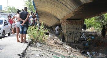 Testemunhas informaram que o pedreiro foi morto embaixo do viaduto na Joana Bezerra