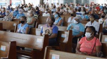 Um dos protocolos é aferir a temperatura e higienizar as mãos antes de entrar na igreja