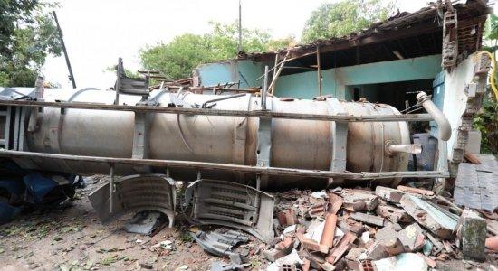 Motorista de caminhão-pipa perde controle, cai em barranco e atinge carro e casa na Praia de Suape