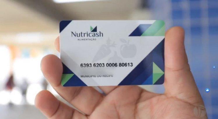 Prefeitura do Recife entrega cartões alimentação para pais e alunos da rede