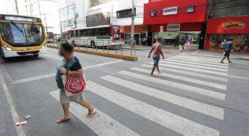 O policial militar tropeçou na calçada e caiu na pista, de acordo com testemunhas