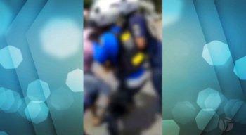 Em imagens gravadas por celular registraram o tumulto e também agentes fazendo uso da força para conter algumas pessoas