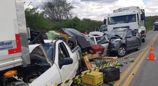 Segundo a PRF, o caminhão não teria reduzido a velocidade colidindo na sequência em quatro automóveis e mais um veículo do mesmo tipo