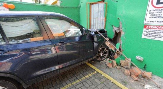 Vídeo: Carros colidem e um deles atinge mercadinho em Boa Viagem