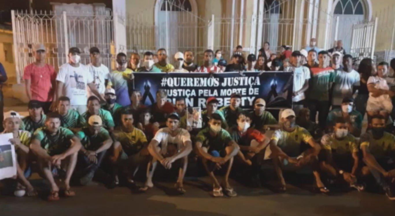 Familiares e amigos fizeram protesto pedindo Justiça por Rian Roberty