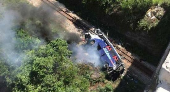 Ônibus cai de viaduto na BR-381 em Minas Gerais e deixa mortos e feridos