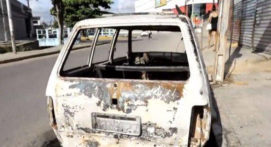 Carro pega fogo no bairro dos Bultrins, em Olinda