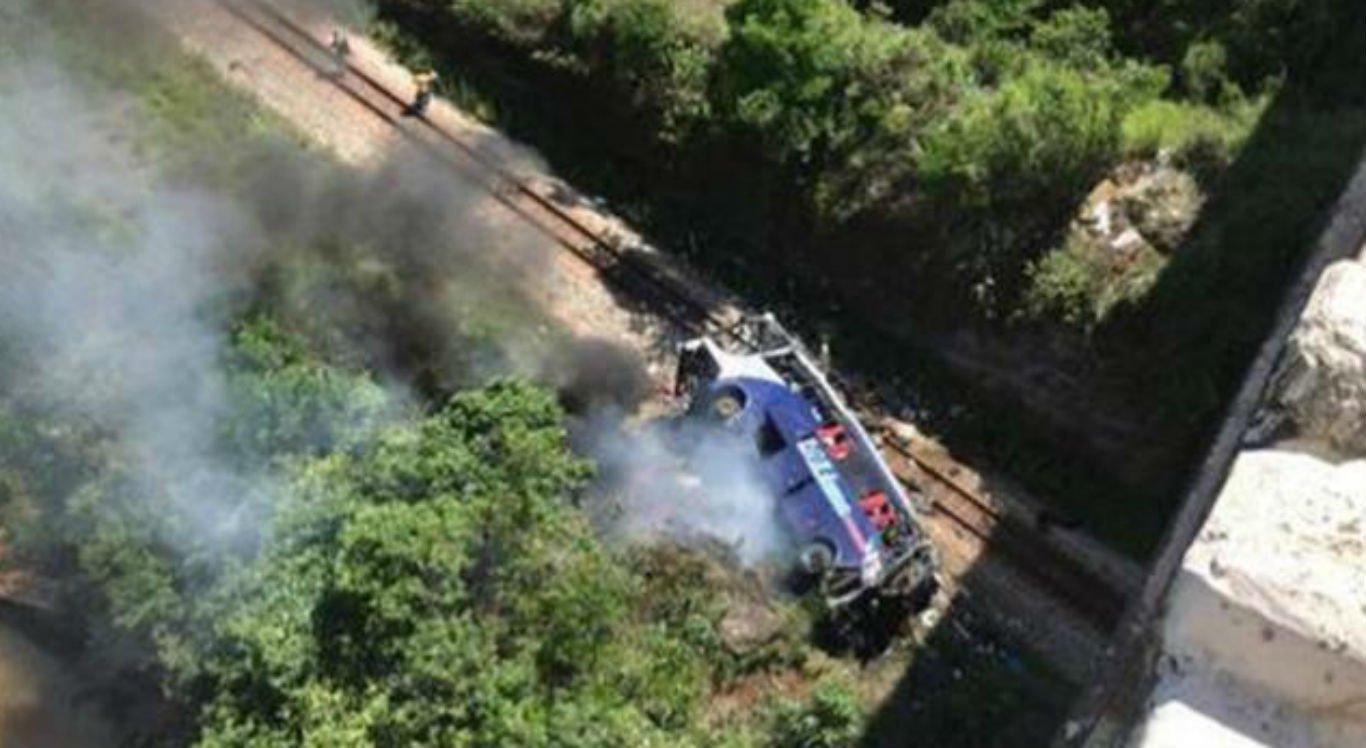 Ônibus cai de viaduto em Minas Gerais