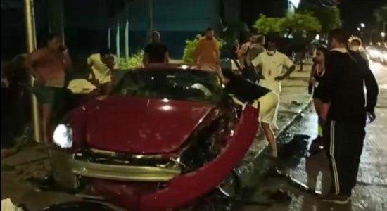 Motorista fica preso às ferragens após acidente em Boa Viagem